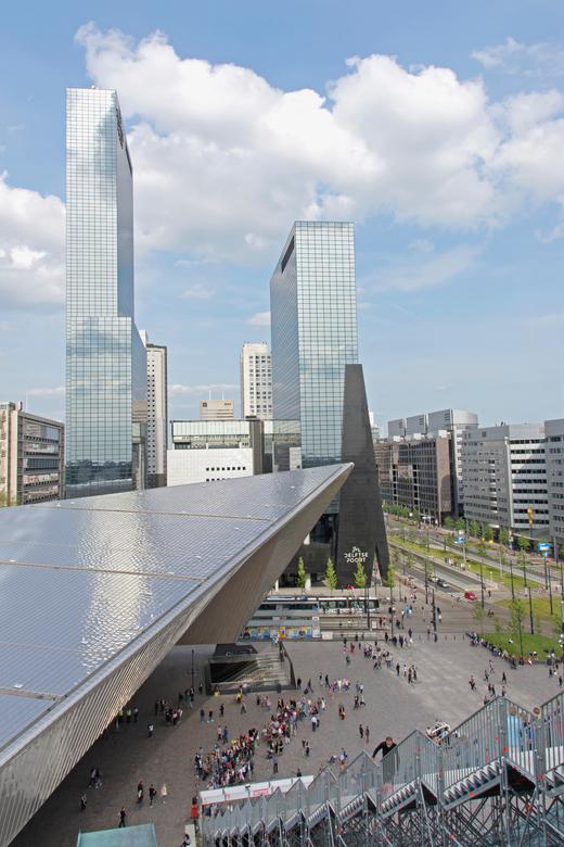 Rotterdam vanaf de trap - De stad Rotterdam krijgt vanaf half mei tot en met half juni een tijdelijk nieuwe blikvanger: een gigantische trap met 180 t