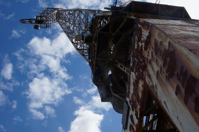 DSC04874joheuvel - Een hijskraan aan de haven van een grotere kustplaats in Italië staat al een tijdje werkeloos te staan. Als je eronder staat komt d