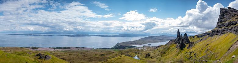 Panorama met the Old Man of Storr - Panorama met the old man of storr (de rechtopstaande rots) en een prachtig uitzicht vanaf de berg. Gefotografeerd
