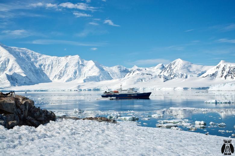 Antarctica - the ship  - Het schip waarmee we onze reis hebben gemaakt naar Antarctica tussen de prachtig witte bergen en de mooie blauwe lucht. Met l