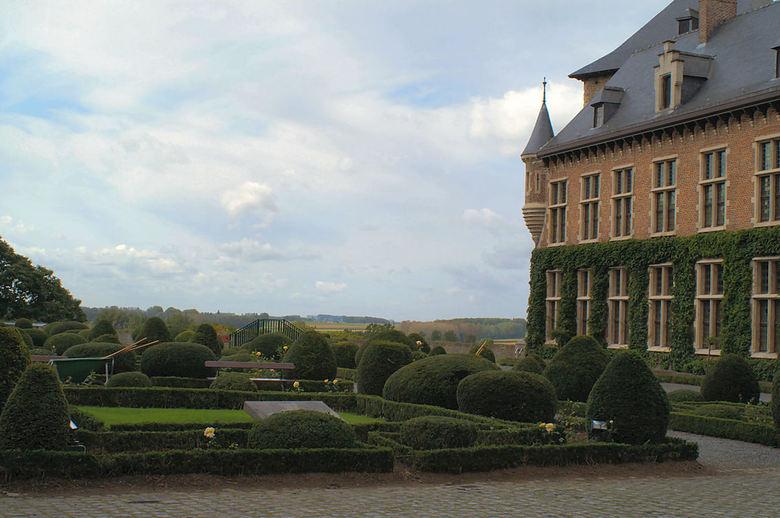 Vlaamsche trots - De binnenplaats van het kasteel, een venster op het mooiste stukje Vlaanderen...verleden en heden worden één. Die unieke verre tijdl