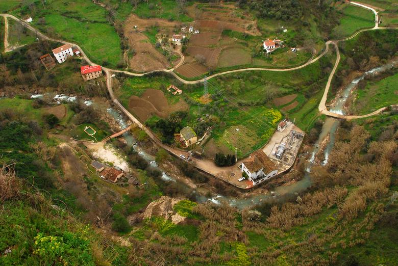 weer hoogtevrees - Als je over de balustrade gaat hangen kijk je op het mooie landschap van Ronda