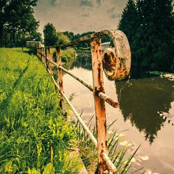 Oud smeedwerk langs het water