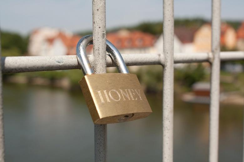 Brug der Liefde - In Regensburg, een liefdesbrug met allemaal sloten voor eeuwige liefde.