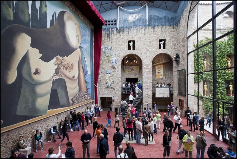 Salvador Dali 02 - Mensen staan op z'n graf.... (die witte plaat midden op  de vloer)