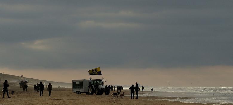 Winters,... - Zandvoort...Koud en guur ..maar nog steeds kun je leuke momentjes pakken..in de achtergrond Scheveningen...<br /> Iedereen bedankt voor