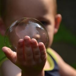 kind en zeepbel