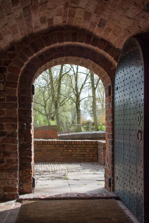 Portaal Sebastiaankerk Bierum - Portaal Sebastiaankerk te Bierum met zicht op het rond de kerk liggende kerkhof