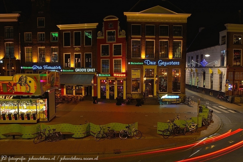 Horeca Groningen. - Zicht op de Drie Gezusters, Groote Griet en Hoppe aan de Grote Markt in Groningen.