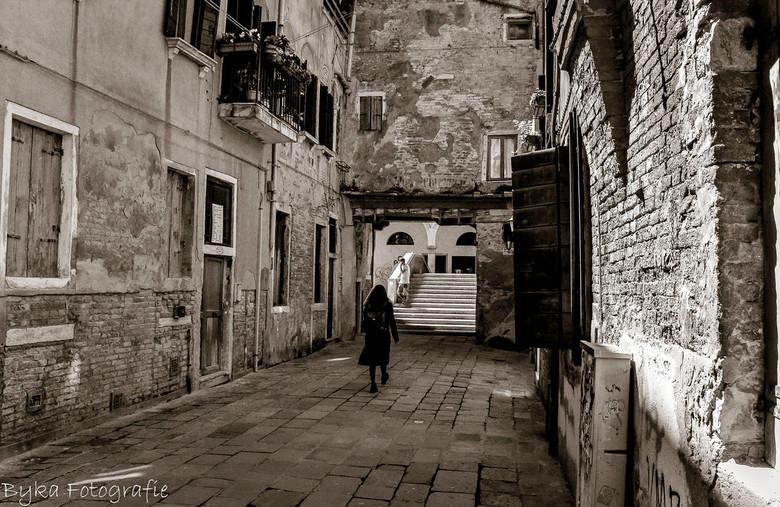 Street non bw  - Prachtige straat in Venetië, soms moet je wachten op een mooi beeld..