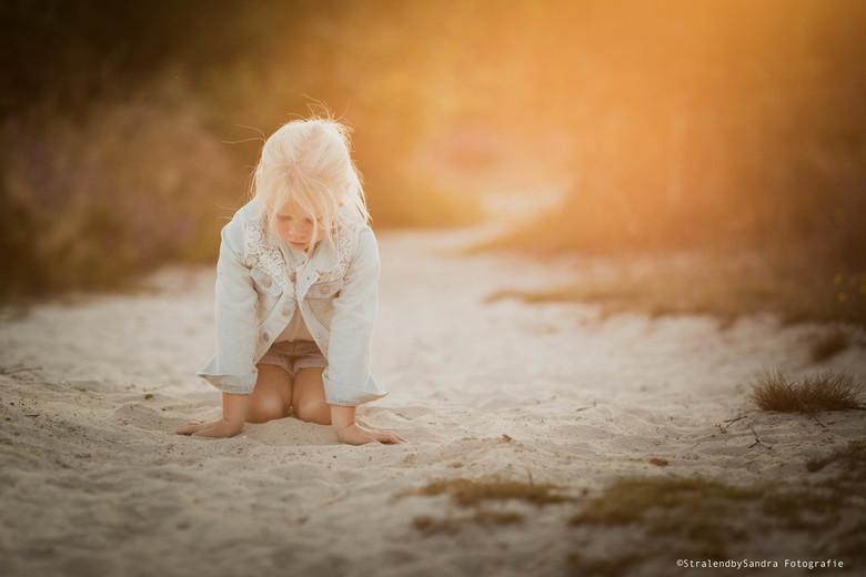 Golden hour - Onze jongste dochter Bo... Heerlijk met het zand aan het spelen tijdens de Golden Hour...