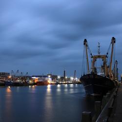 Het vallen van de avond in de Vissershaven van IJmuiden