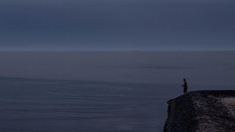 Nachtvissen - Een eenzame late visser in de NIOZ-haven op Texel