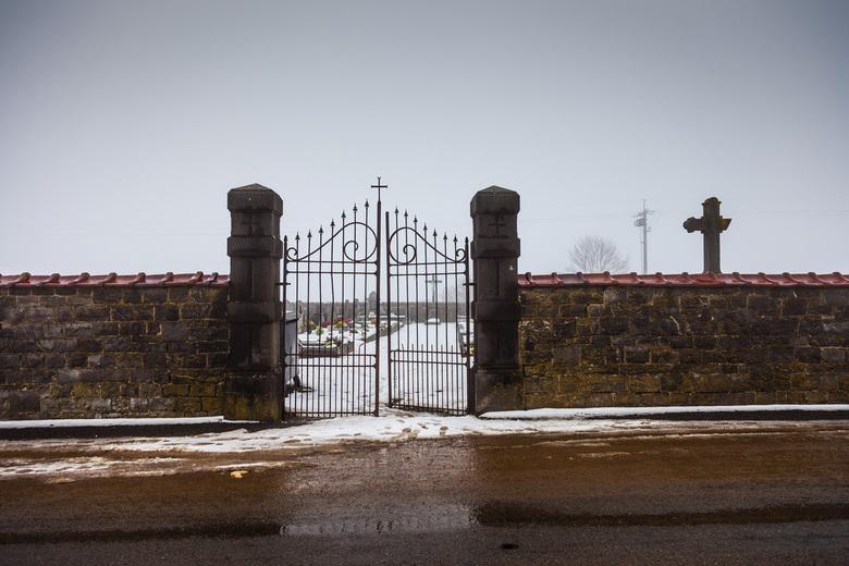 Mistige begraafplaats - Een Belgische begraafplaats toegang in de mist.