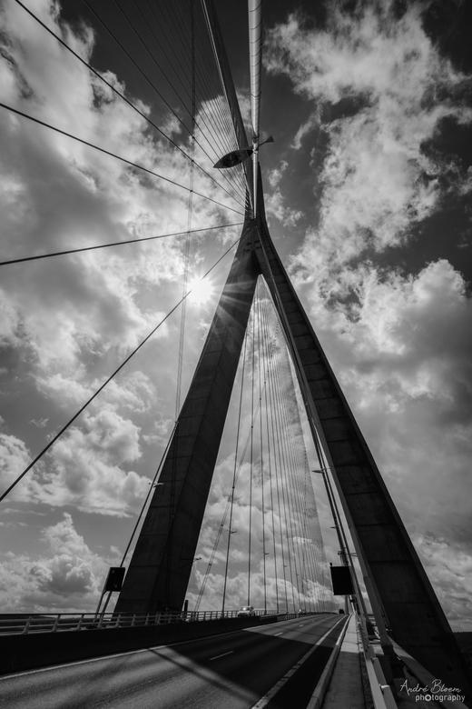 Pont du Normandie ~ deux - Van de tolplaats (zie deel 1) naar en op de brug zelf gelopen. Er is een heel smal voetpad wat een avontuur op zich was. Ma
