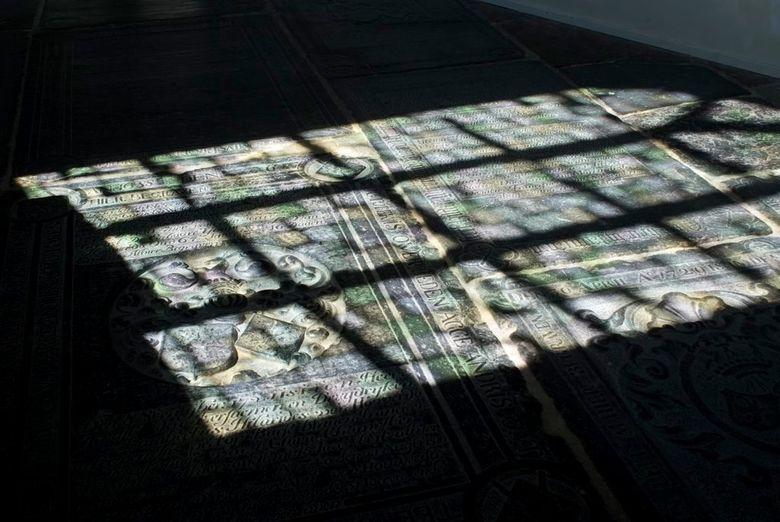 Glas in lood Martinikerk Franeker - De zon in de nieuwe ramen van de Martinikerk te Franeker. Fraaie weerspiegeling op de grafstenen in de kerk.
