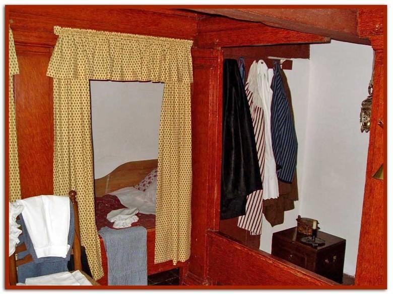 Welterusten.......... - foto: slaapvertrek van de bedienden op de Menkemaborg te Uithuizen<br /> <br /> Deze borg in Uithuizen is in oorsprong een u