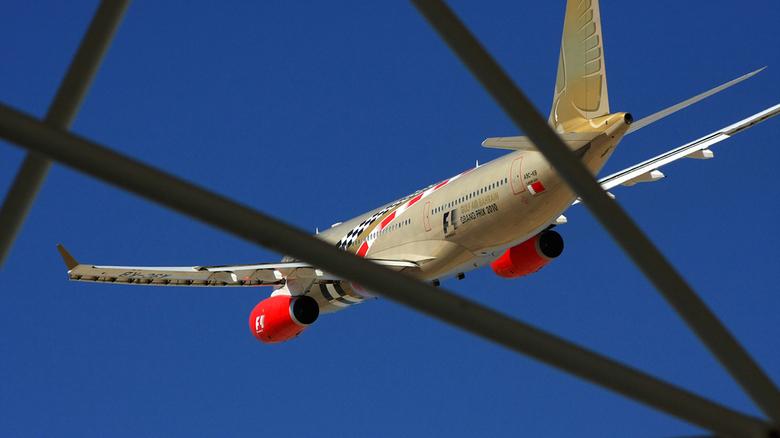 Very Very Low pass - Low pass uitgevoerd door een Gulf Air A330. Als opening van de Bahrain Formule 1 GP.