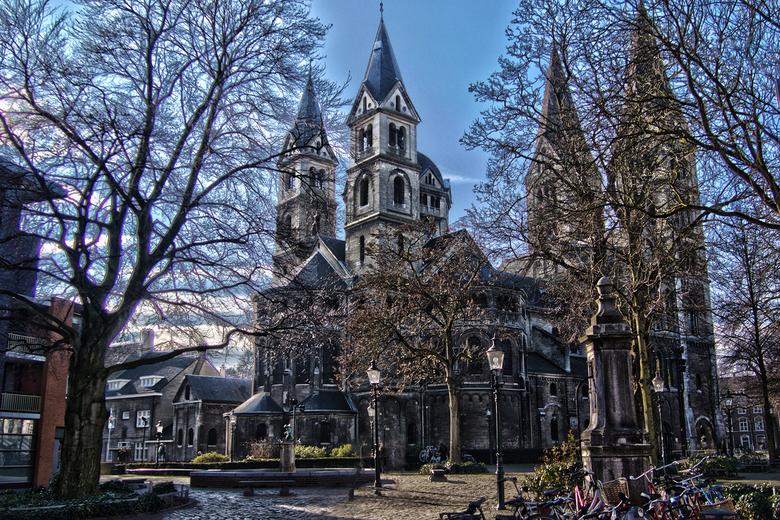 Munsterkerk Roermond - Deze HDR heb ik gisteren gemaakt van 6 foto's uit de hand, dus zonder statief, daarna in CS6 bewerkt.