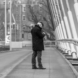 Man op de brug