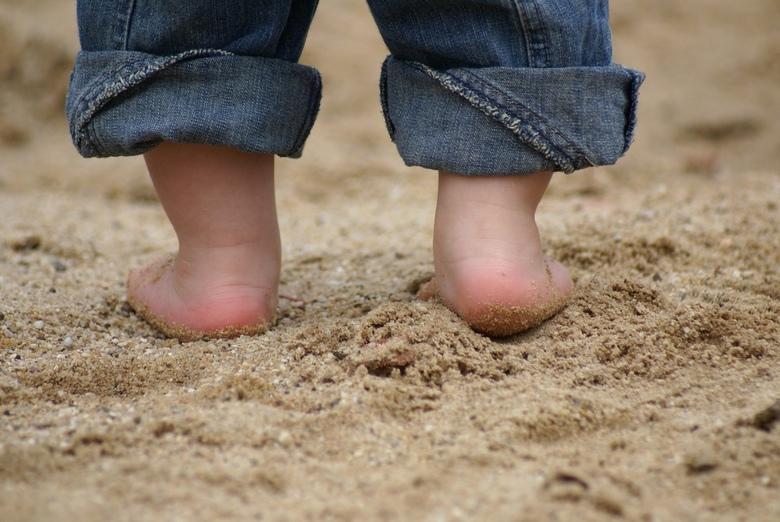 tenen in het zand
