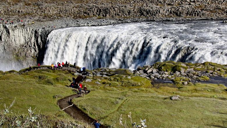 IJsland -24- - Tweemaal de Dettifoss waterval in het noorden van IJsland, eenmaal met een lange sluitertijd en eenmaal met en snelle.
