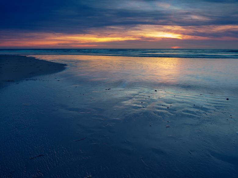 Sunset at sea (Den Helder) - Altijd spannend als de ingrediënten er kunnen zijn voor een mooie zonsondergang. Helaas was het wolkendek net iets te dik
