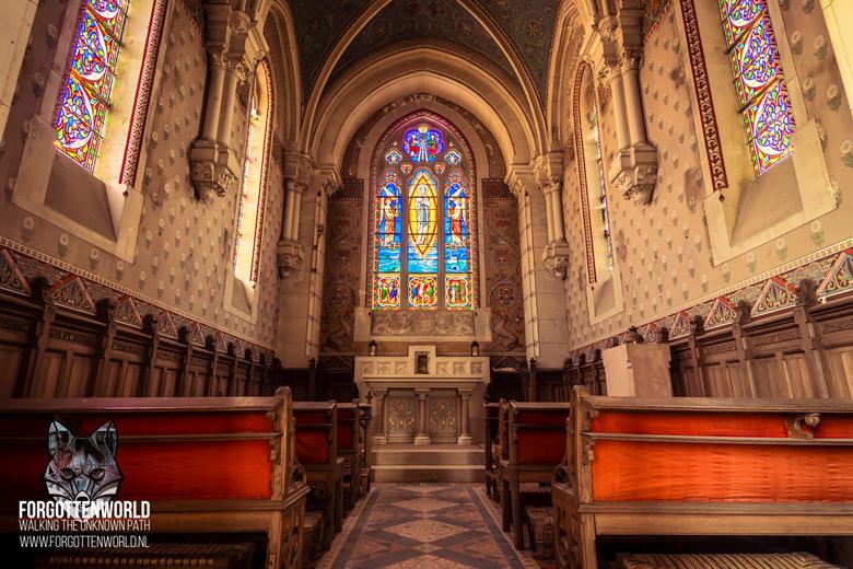 Ik zal voor je bidden in dit verlaten kapel - Bijzonder moment om deze verlaten kapel aan te treffen, daar waar de zon en de licht inval exact goed st