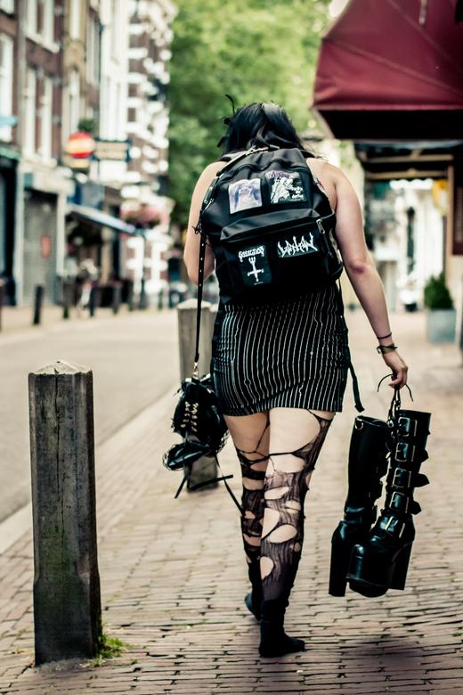 Ik ben er klaar mee - Ieder jaar komen gothics uit heel Europa naar Utrecht voor het summer darkness festival. Dit meisje liep richting Utrecht centra