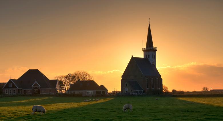 Zonsondergang achter het kerkje van Den Hoorn