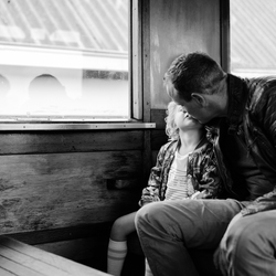 Kusje van papa in de trein