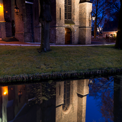 Kerksingel bij nacht