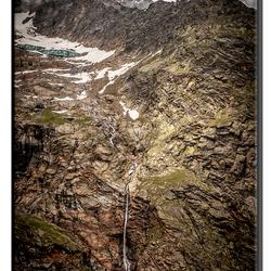 Bergwand met waterval