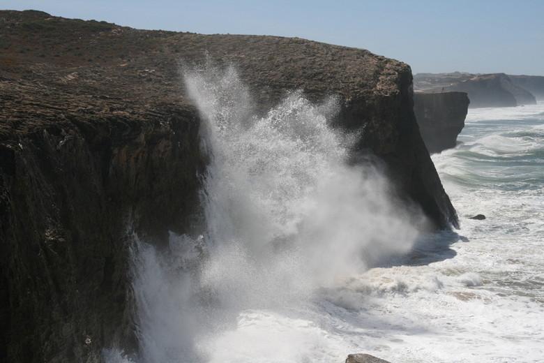 Stormy weather - Atlantische oceaan beukt op de kust in zuidwest Portugal
