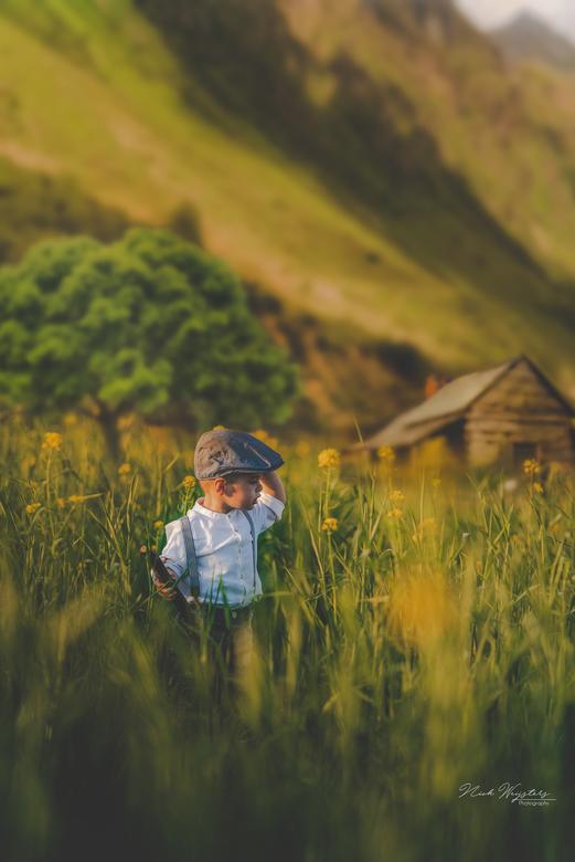 Little farmer boy - Deze foto is gemaakt uit verschillende foto&#039;s.<br /> De achtergrond, huisje en de boom zijn verschillende foto&#039;s<br />