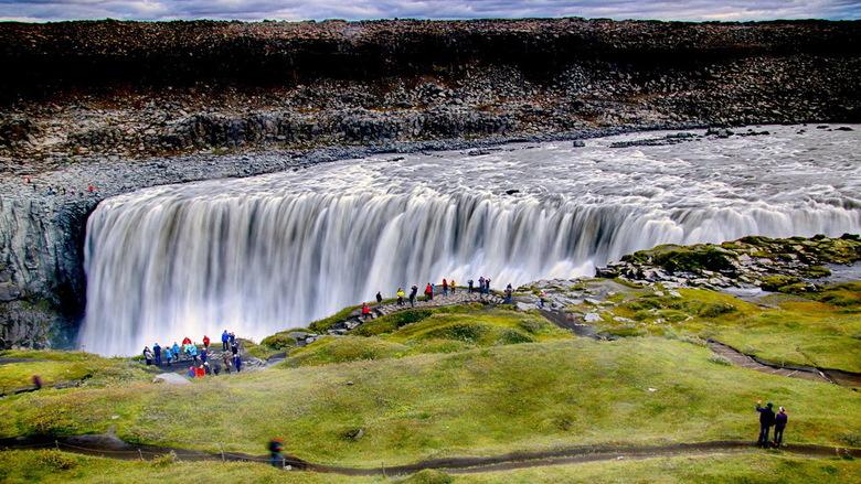 IJsland -23- - Tweemaal de Dettifoss waterval in het noorden van IJsland, eenmaal met een lange sluitertijd en eenmaal met en snelle.