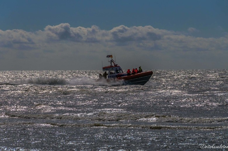 Reddingboot Egmond aan Zee - De reddingboot van Egmond aan Zee in actie tussen de golven met de zon op de achtergrond ( Archief)