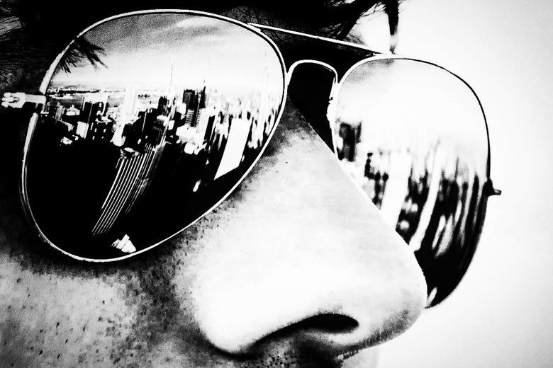 New York 33 - Toen wij vanaf Rockefeller Center van het uitzicht stonden genieten viel mij op dat in de zonnebril van een toerist die naast mij stond
