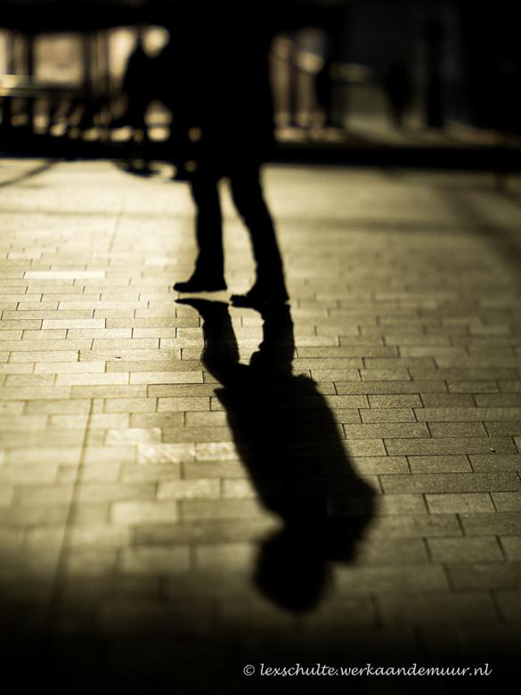 One step at the time - Schaduwen fotograferen. Door de laagstaande ochtendzon viel er een mooi gouden lichte de stationshal van het vernieuwde station
