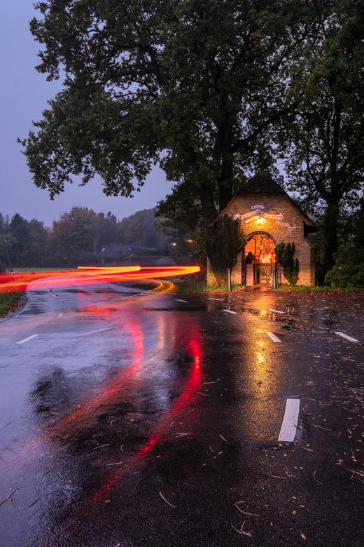 ... en het hield op te regenen. - Deze weg ligt op de grens van Breda en Etten-leur. Ik denk dat het kapelletje in Etten-leur staat dan. Ik had precie
