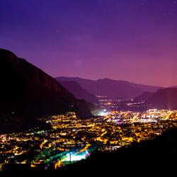 Bolzano bij nacht
