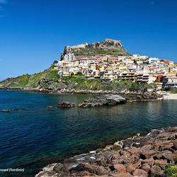 Castelsardo tegen de rotsen opgebouwd (Sardinie)_DSC8701