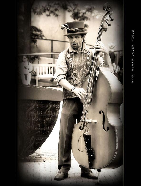 """muzikant - een muzikant in de efteling genomen,het was stralend weer toen die dag,was in september 2008 <img  src=""""/images/smileys/smile.png""""/>"""