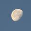 linker maandeel verlicht voor zonsopkomst