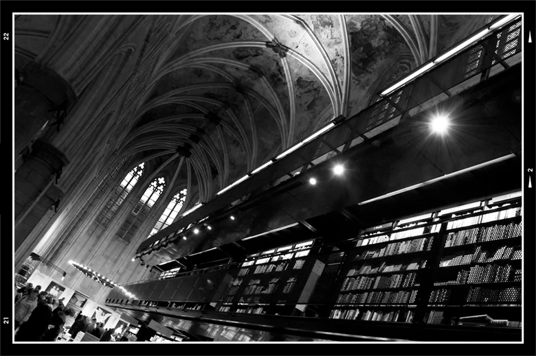 Books 5 - Wanner dat je door deze boekenwinkel struint, op zoek  naar je boek, zou je bijna vergeten wat dit eigenlijk van origine voor 'n gebouw