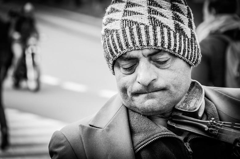 Straatmuzikanten #2 - Het leuke aan straatfotografie is het ervaren van reacties en vooral karakters. Deze violist wilde heel graag gefotografeerd wor