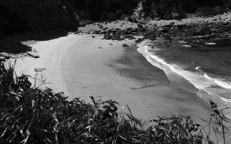 """I am on a Beach - Spanje - Een man op het strand, zo simpel kan het zijn <img  src=""""/images/smileys/wilt.png""""/>. Genomen aan het &quot;Langre&quot; st"""