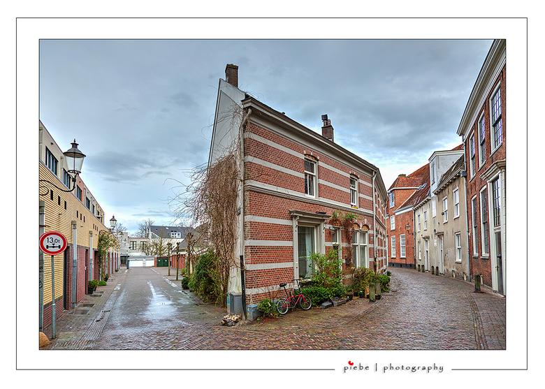 Amersfoort 4 - Ik had de foto ook op't hoekje kunnen noemen. Weer zo'n karakteristieke woning in Amersfoort. Prachtig om door dit gedeelte t