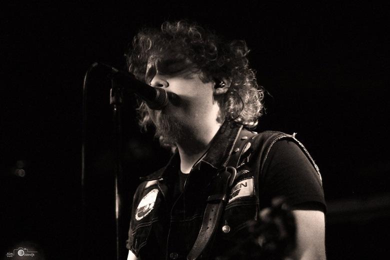 • Singer - De frontman van de band Kid Harlequin.
