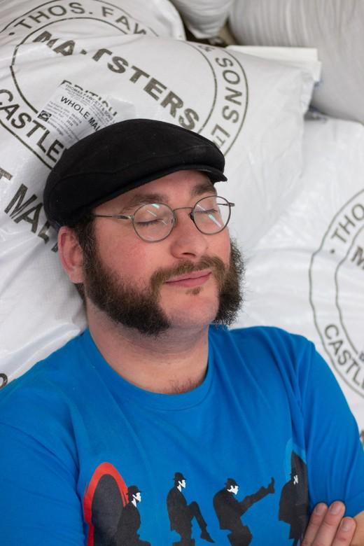 Mout rust Brouwer - net als mout moet de bierbrouwer ook af en toe rusten. <br /> <br /> Portret met ogen dicht, en licht reflectie in bril voor dra